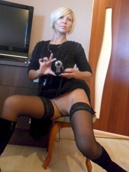 Femme cougar domina pour homme qui obéit
